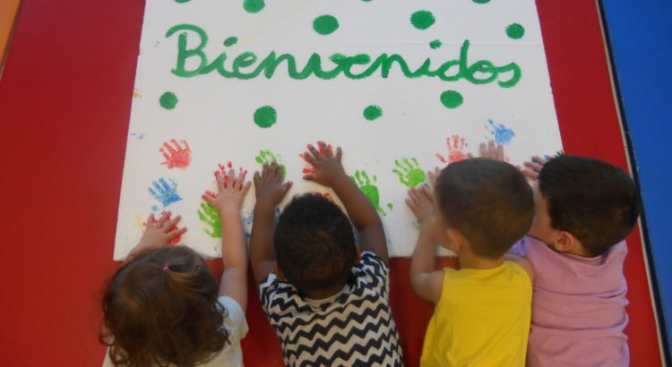 Nenes dejando sus marcas con las manos pintadas