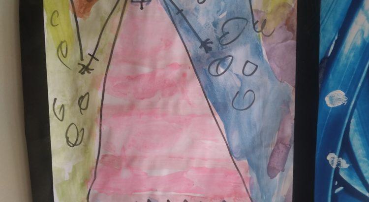 Nena dibujada en una cartulina con acuarelas