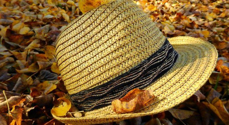 Sombrero entre muchas hojas otoñales