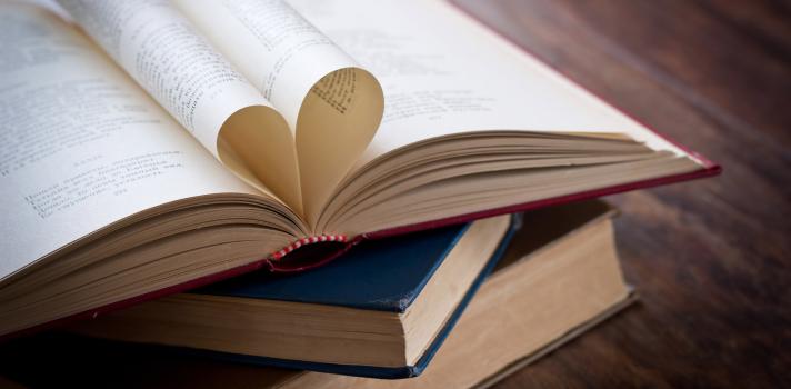 Libros formando un corazón