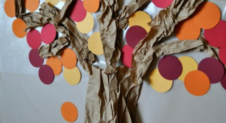 árbol representado con papeles y círculos de cartulina