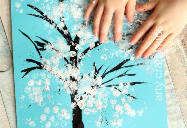 Arbol dibujado con pintura y los dedos