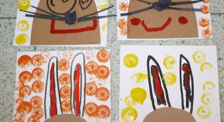varios conejos pintados con sellos y pinturas