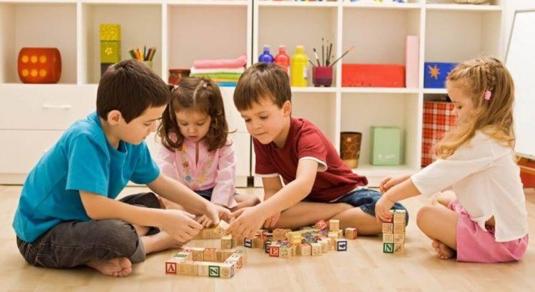 Nenes jugando con letras en madera armando estructuras y palabras