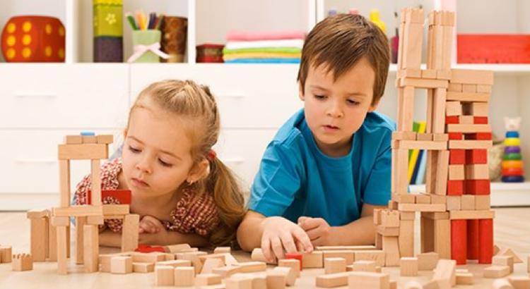 Nenes jugando con maderas armando estructuras
