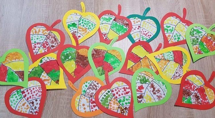 Hojas de árbol realizadas en papel y pintadas con los dedos