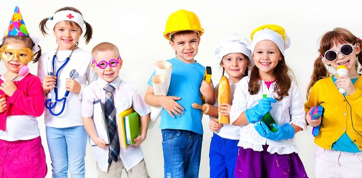 Grupo de niños representando distintas profesiones