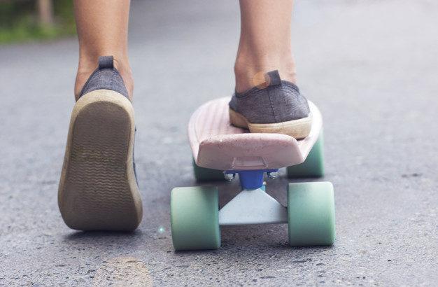 Foto de un niño andando en patineta