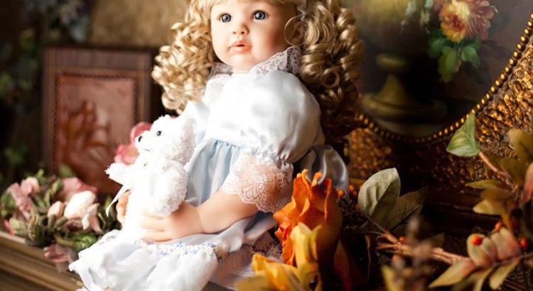 Muñeca sentada entre flores